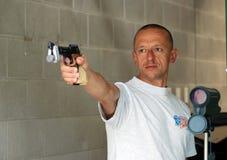 Competidor masculino en el rango de shooting Fotografía de archivo