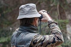 Competidor que controla la blanco antes de tirar Imagenes de archivo