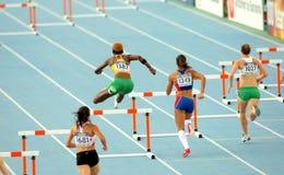 Competidores de los obstáculos de los 400m imagenes de archivo