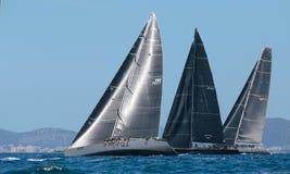 Competidores durante regata de la clase de Wally en Mallorca foto de archivo