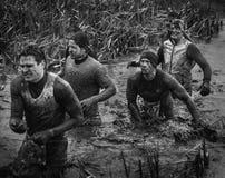 Competidores el 2014 caminar de raza de obstáculo del chico duro y griteríos Imágenes de archivo libres de regalías