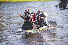 Competidores en raza de la balsa de Ness del río Foto de archivo libre de regalías