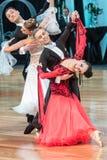 Competidores que bailan el vals o el tango lento Imágenes de archivo libres de regalías