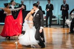Competidores que bailan el vals o el tango lento Imagen de archivo libre de regalías