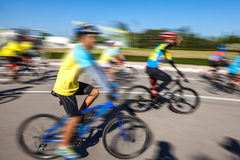 Competindo a bicicleta, movimento borrada Imagem de Stock