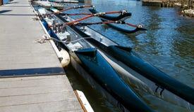 Competindo canoas na doca no rio Imagem de Stock Royalty Free