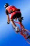 Competindo ciclistas contra um fundo azul Foto de Stock Royalty Free