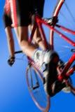 Competindo ciclistas contra um fundo azul Fotografia de Stock