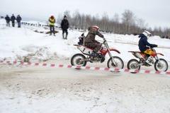 Competindo a motocicleta no inverno imagem de stock