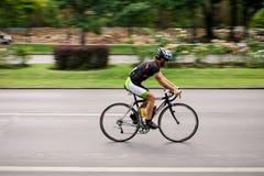 Competindo o ciclista na estrada, filtrando Foto de Stock Royalty Free