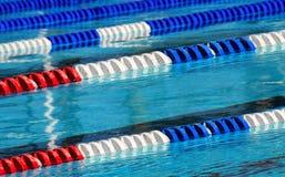 Competindo pistas da nadada imagens de stock