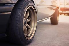 Competir a borda roda dentro o carro retro fotografia de stock