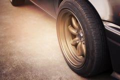 Competir a borda roda dentro o carro retro foto de stock royalty free