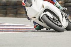 Competir con al jinete de la bici que se inclina en pista Imagenes de archivo