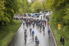 Competir con a ciclistas en la guarida Finanzplatz Francfort de Rund de la raza um Foto de archivo