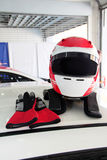 Competir con el casco y el guante en la azotea del coche de carreras Imágenes de archivo libres de regalías