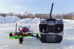 Competir con el quadcopter en la nieve imágenes de archivo libres de regalías