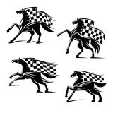 Competir con emblemas del deporte Caballos corrientes con las banderas Foto de archivo