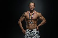 Competitor Showing His för mellersta ålderidrottsman nen vinnande medalj Arkivbilder