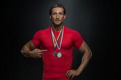 Competitor Showing His för mellersta ålderidrottsman nen vinnande medalj Arkivfoton