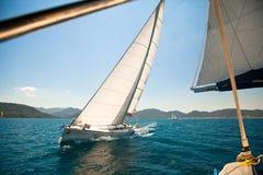 Competitore della barca durante del regatta di navigazione Fotografie Stock Libere da Diritti