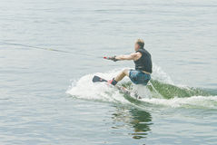 Competitore di Wakeboard che inizia la sua procedura fotografie stock libere da diritti