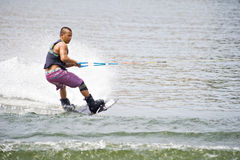 Competitore di Wakeboard pronto a mostrare le sue abilità fotografia stock libera da diritti
