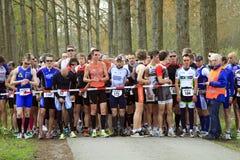 Competitori che allineano all'inizio della corsa Fotografia Stock