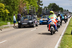 Competitors and teams in Giro d'Italia 2010. DELFGAUW, NETHERLANDS - MAY 10: Competitors and following teams in the Giro d�Italia passing by on a polderroad Royalty Free Stock Photos