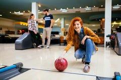 Competitve folk som tycker om att bowla Royaltyfri Fotografi