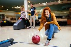 Competitve folk som tycker om att bowla Arkivfoto