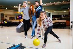 Competitve folk som tycker om att bowla Royaltyfria Foton