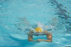 Competizione sportiva subacquea dello stagno del nuotatore Fotografie Stock Libere da Diritti