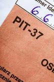 Compilando il singolo modulo polacco PIT-37 di imposta per l'anno 2013 Fotografia Stock Libera da Diritti