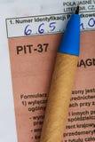 Compilando il singolo modulo polacco PIT-37 di imposta per l'anno 2013 Immagini Stock