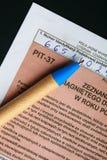 Compilando il singolo modulo polacco PIT-37 di imposta per l'anno 2013 Immagini Stock Libere da Diritti