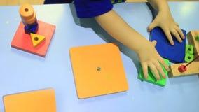 Compilazione del bambino che gioca con le particelle elementari variopinte video d archivio