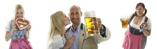 Compilazione delle cameriere di bar di Oktoberfest e di una coppia Fotografia Stock Libera da Diritti