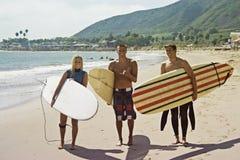 Compinches que practican surf Fotos de archivo