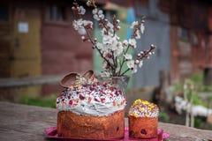 compisition复活节 复活节蛋糕装饰了白色结冰,并且五颜六色的糖在具体背景洒 库存照片