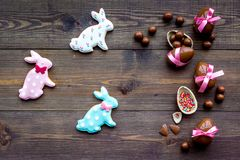 compisition пасха Подарок помадки пасхи Яичка шоколада около печений в форме зайчика пасхи на темной деревянной предпосылке Стоковое фото RF