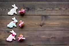 compisition пасха Подарок помадки пасхи Яичка шоколада около печений в форме зайчика пасхи на темной деревянной предпосылке Стоковая Фотография RF