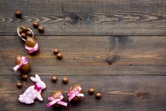 compisition пасха Подарок помадки пасхи Яичка шоколада около печений в форме зайчика пасхи на темной деревянной предпосылке Стоковые Изображения RF