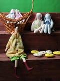 Compisition de Easter Brinquedos macios dos coelhos feitos a mão com ovos em uma cesta de vime Detalhe de decoração Fundo verde Foto de Stock Royalty Free