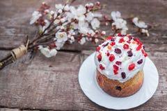 Compisition de Pascua La torta de Pascua adornó la formación de hielo blanca y el azúcar colorido asperja en un fondo concreto Fotos de archivo libres de regalías