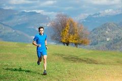 Compita con de forma de un atleta en el prado verde imagen de archivo