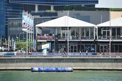 Compita con la galería del pueblo y del espectador en la serie navegante extrema Singapur 2013 Fotografía de archivo