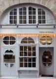 Compita de una tienda en el área de St Germain fotografía de archivo libre de regalías