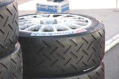 Compita os pneus prontos para ser montado em carros Imagem de Stock