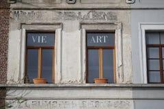 Compita y arte en las ventanas de cristal en Bruselas fotos de archivo